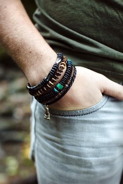 Сочетайте мужские браслеты между собой по цвету и форме