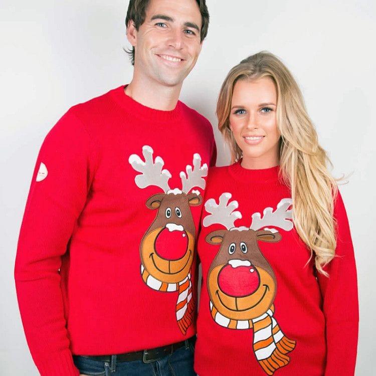 Яркий свитер с оленями подойдет для досуга и праздничной вечеринки - решение для нее и него