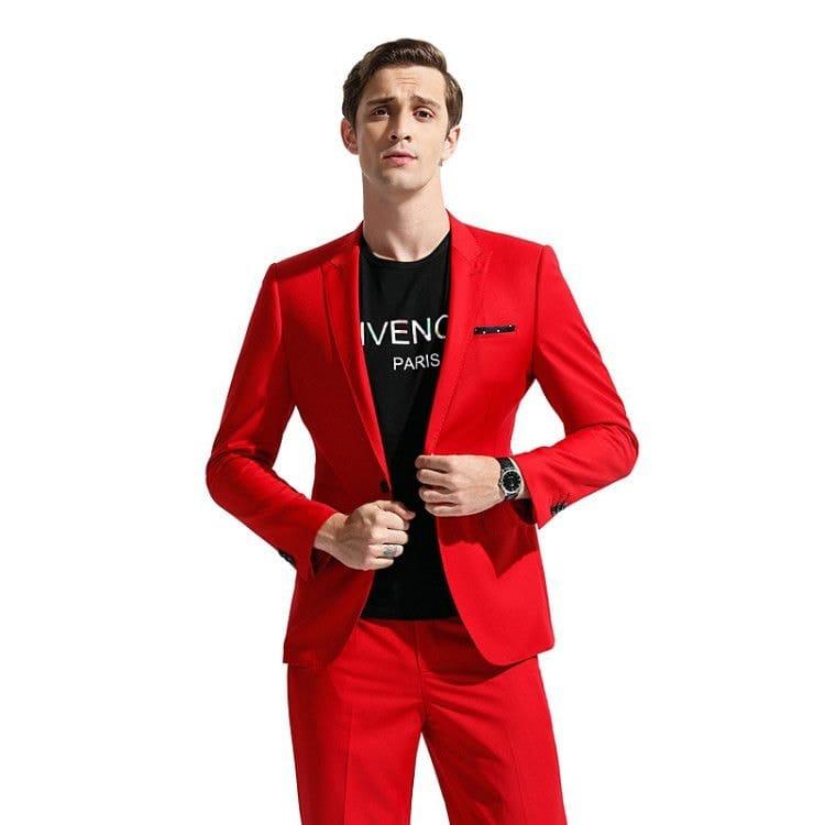 Ярко-красный костюм подарит окружающим праздничное настроение
