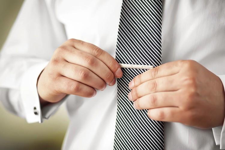 Зажим для галстука подчеркнет серьезное отношение мужчины к своему стилю