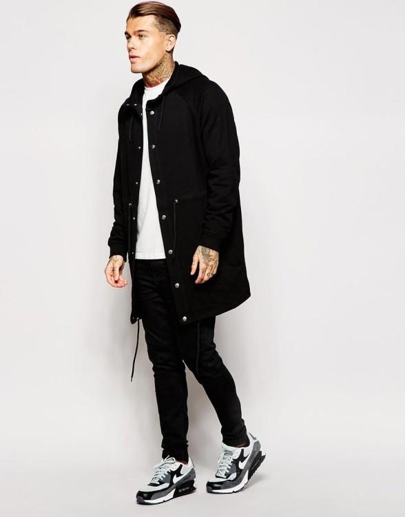 Эффектный и стильный молодежный лук с участием черных брюк чинос, футболки и черной парки - отличное решение для осеннего гардероба!