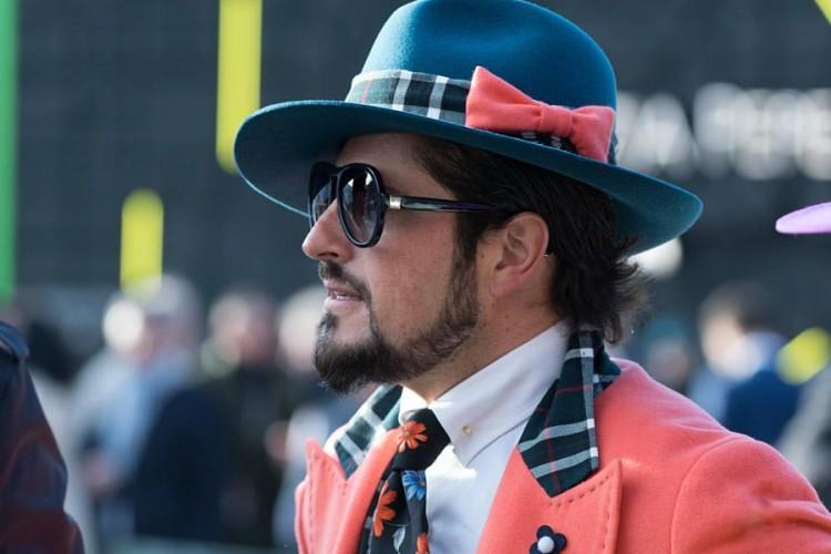 Тщательная подобранная по цвету к яркому уличному луку шляпа федора привлечет к вам восхищенные взгляды прохожих