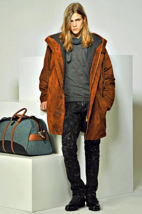 Яркий молодежный лук в уличном стиле с участием джинсов и парки терракотового цвета