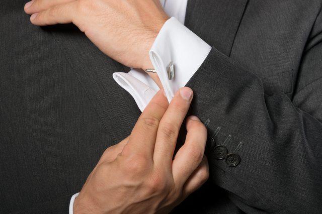 Проведите стержень запонки через петли, убедитесь, что он прошел через петлю на манжете и рубашке.