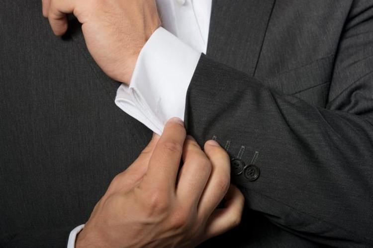 Сложите манжету так, чтобы концы с обеих сторон манжеты касались друг друга, а петли на манжете были выровнены с петлями на рубашке.