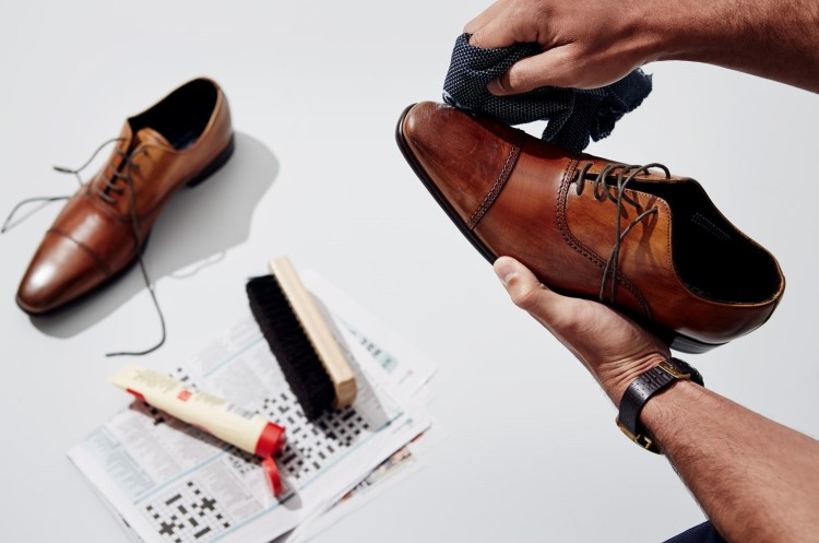 Тщательно намажьте обувь гуталином