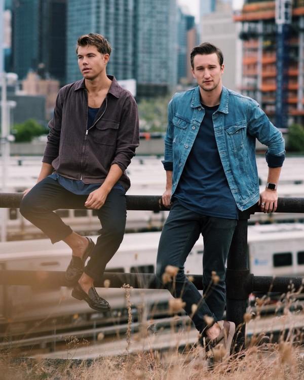Модный блоггер Марсель Флорус в джинсовой куртке