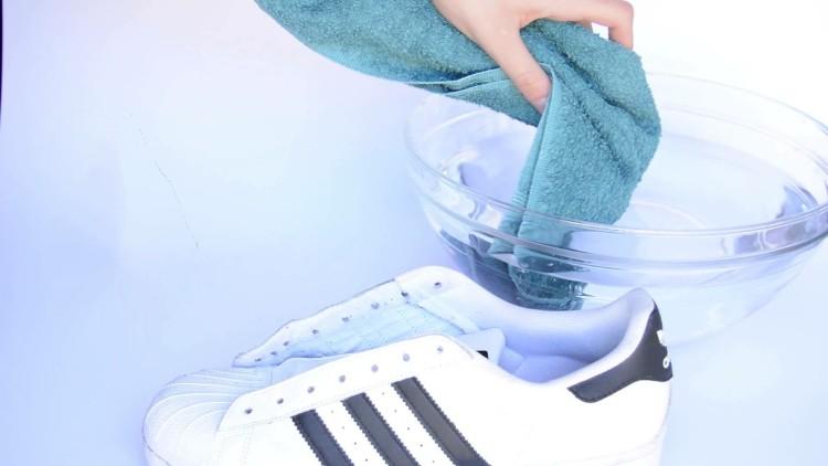 Намочите и выжмите полотенце