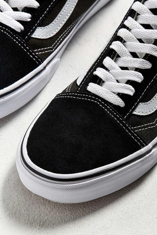 Шнурки на обуви всегда должны быть чистыми. Это придает опрятности и стильности всей обуви