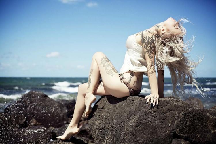 Свежие татуировки быстро теряют цвет под солнечными лучами