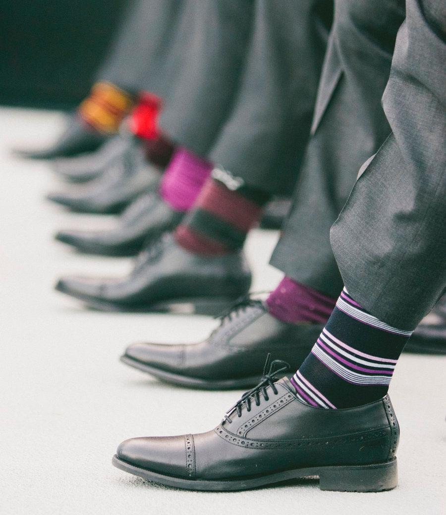 Цветные носки отлично сочетаются с классическим серым костюмом