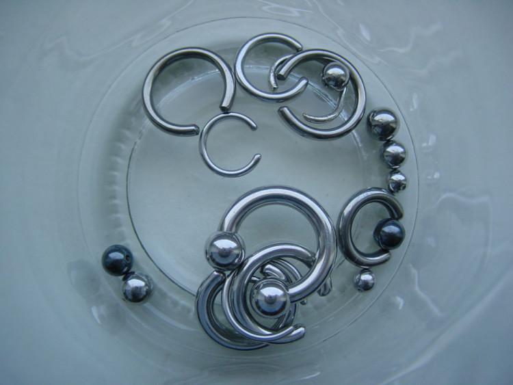 Форма и материалы аксессуаров для пирсинга очень разнообразны