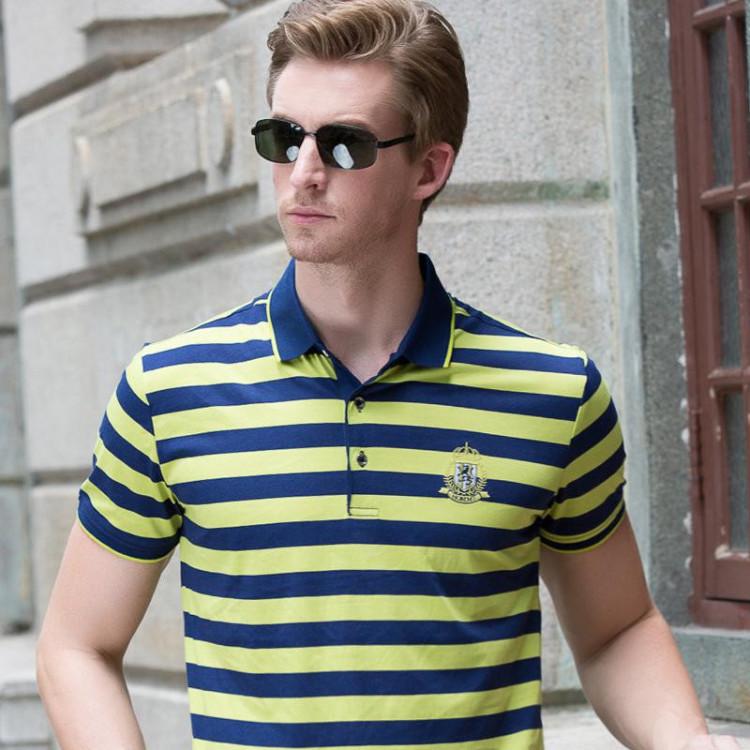 Поло может быть сдержанных расцветок, как рубашка, или с ярким рисунком - как футболка