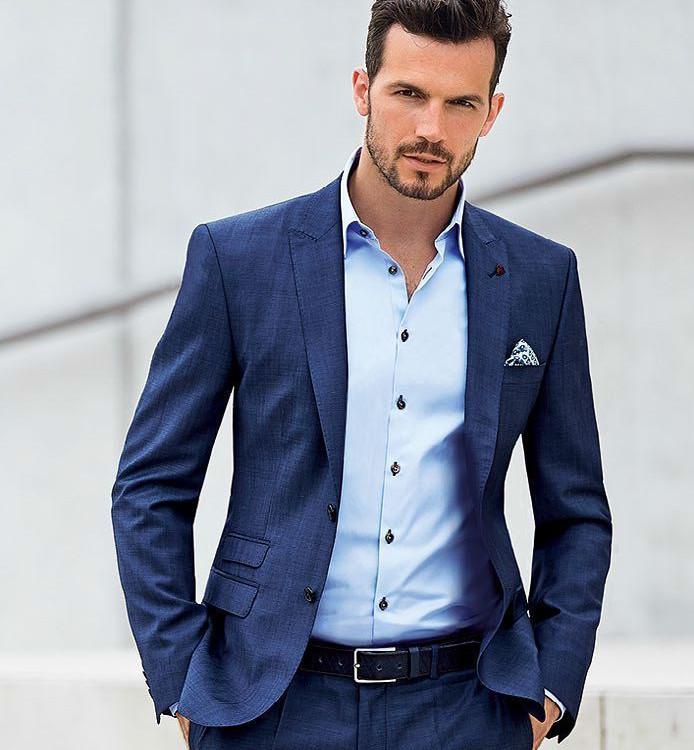 Если рубашка сидит идеально, то образ сразу становится элегантнее, даже без галстука