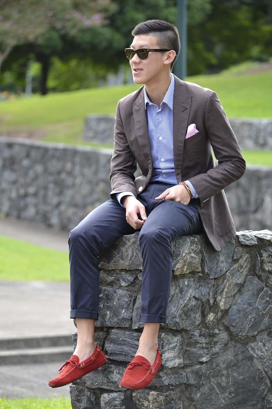 Алый платок в нагрудном кармане – оптимальный аксессуар под красные мокасины и пиджак