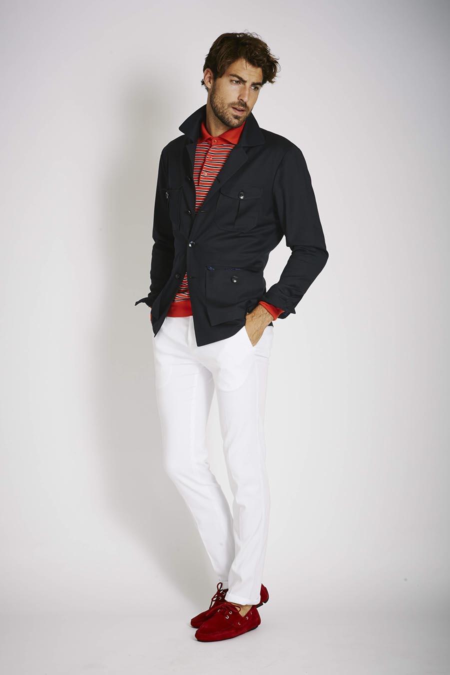 С красными мокасинами хорошо сочетаются светлые брюки