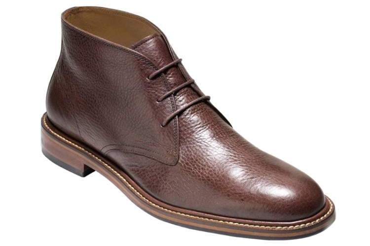 Классический вариант ботинок чукка из коричневой кожи