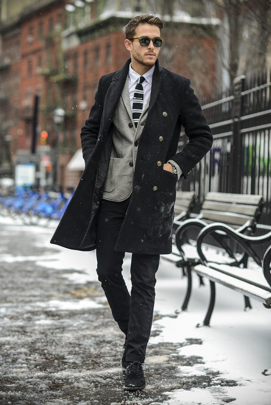 Классическое пальто стильно выглядит и с одеждой официального стиля и в образе casual