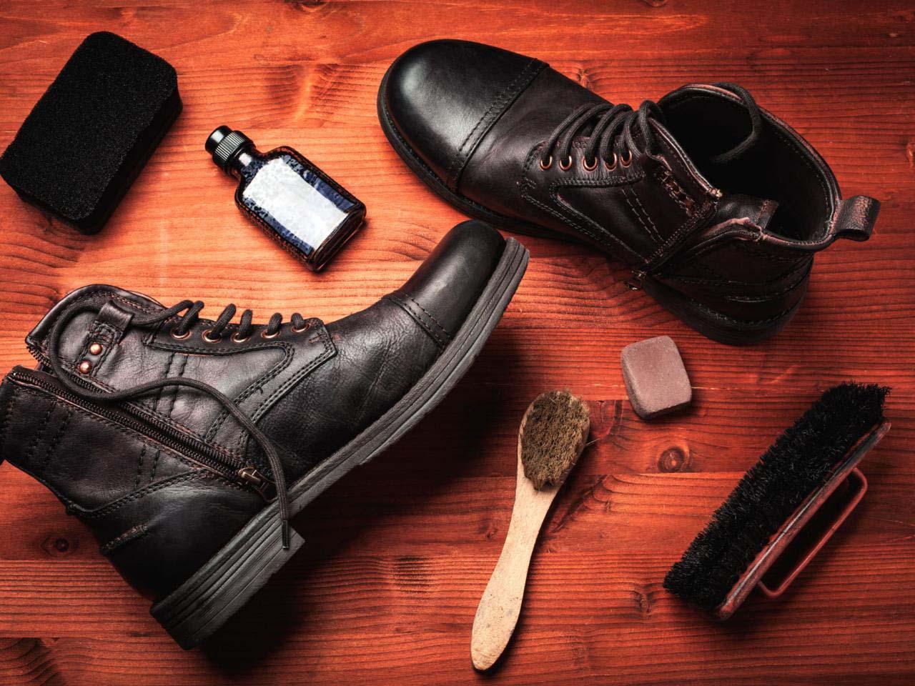Если сразу не счистить грязное пятно, грязь может въесться в обувь