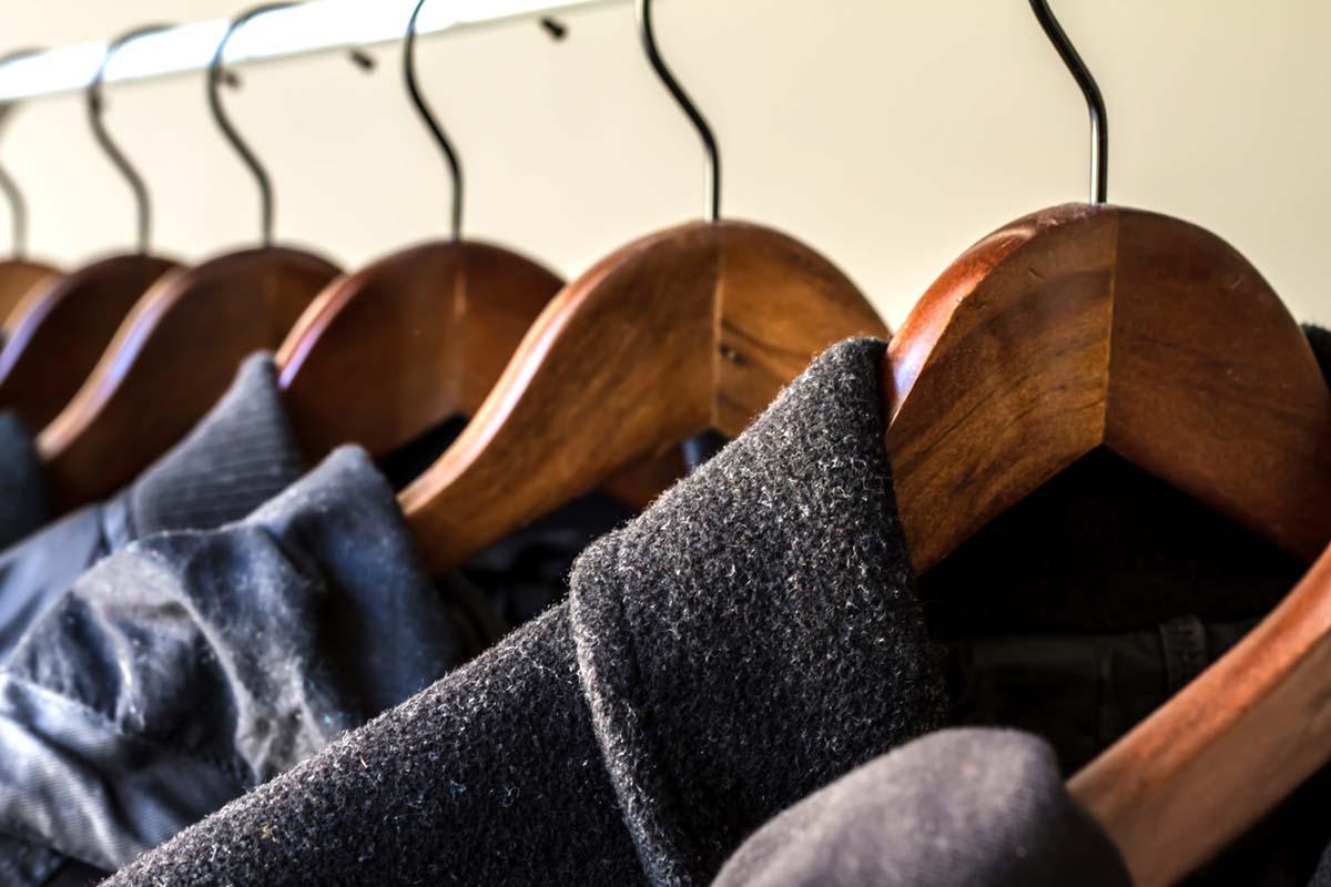 Между висящей в гардеробе одеждой должен быть небольшой просвет