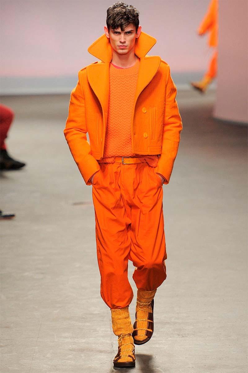 Использование в гардеробе тотальных ярко-оранжевых комплектов может свидетельствовать о недостатке серьезности