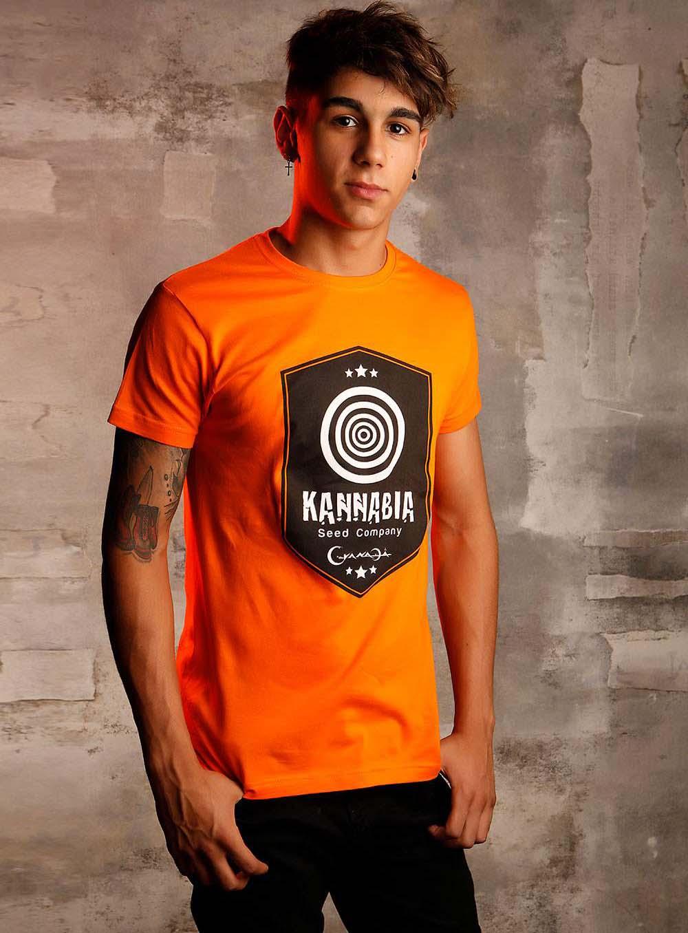 Летние комплекты редко ограничиваются акцентами, в ход идут оранжевые футболки, рубашки, шорты, брюки...
