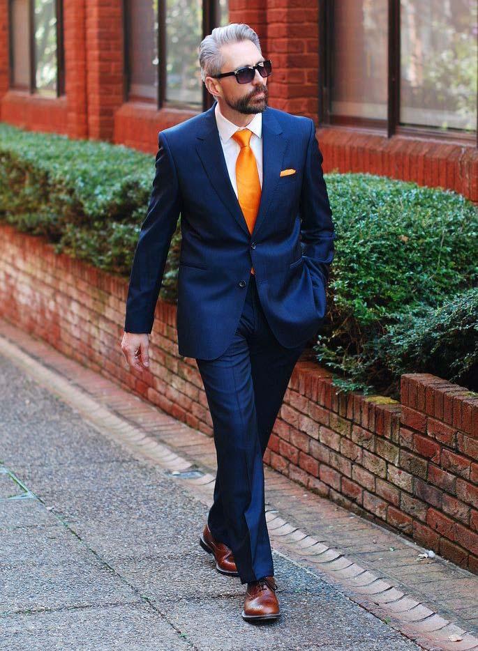 Оранжевый подчеркнет достоинства классического мужского цвета
