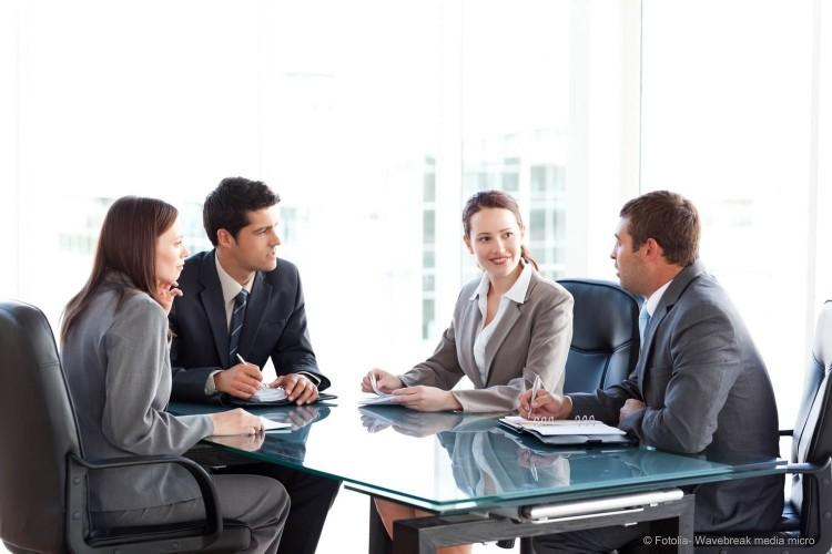 Лучше всего проводит переговоры в офисе, в отдельном зале для совещаний, чтобы ничто не отвлекало от процесса