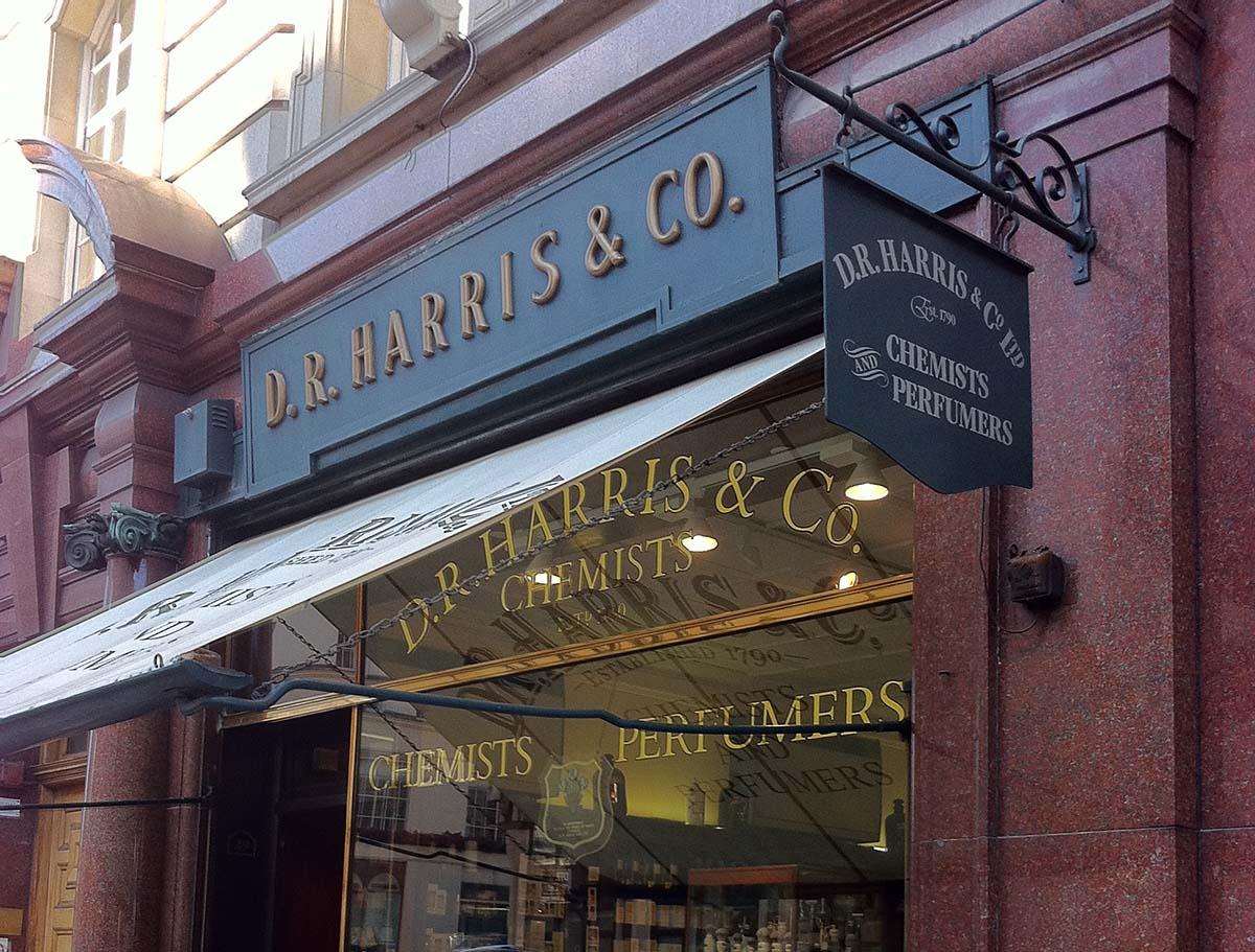 История бренда началась с небольшой аптеки в Лондоне