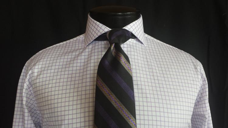 Хорошо смотрится, когда в рисунке рубашки и галстука есть общий цвет