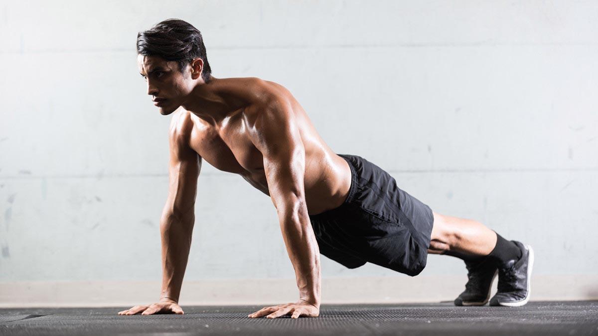 Базовая позиция – тело параллельно полу, руки на ширине плеч