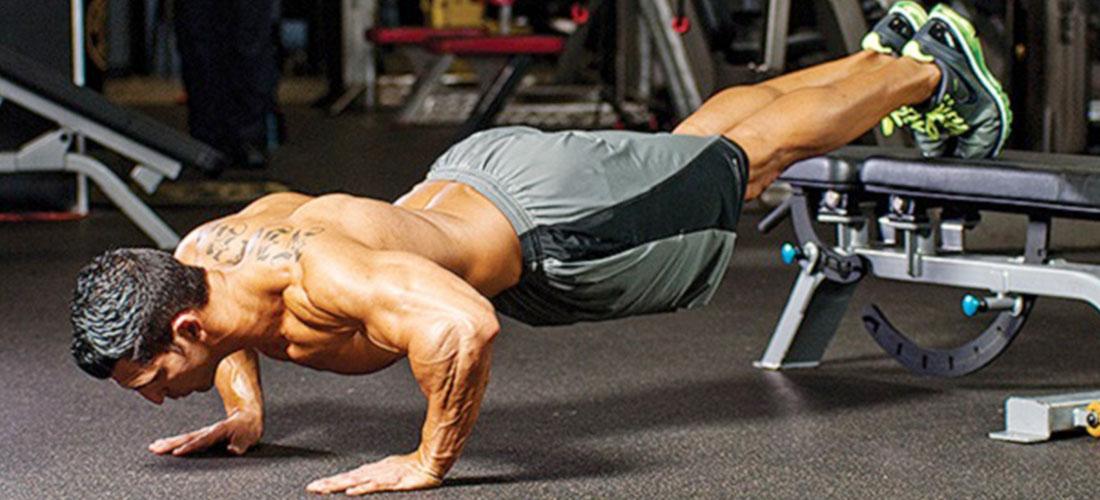 Для тренировки верхней части груди нужно расположить ноги на возвышении