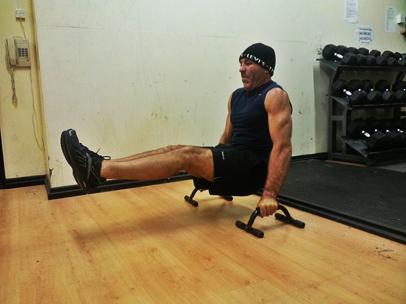 Отжимания на параллельных брусьях – альтернатива гимнастической скамейке