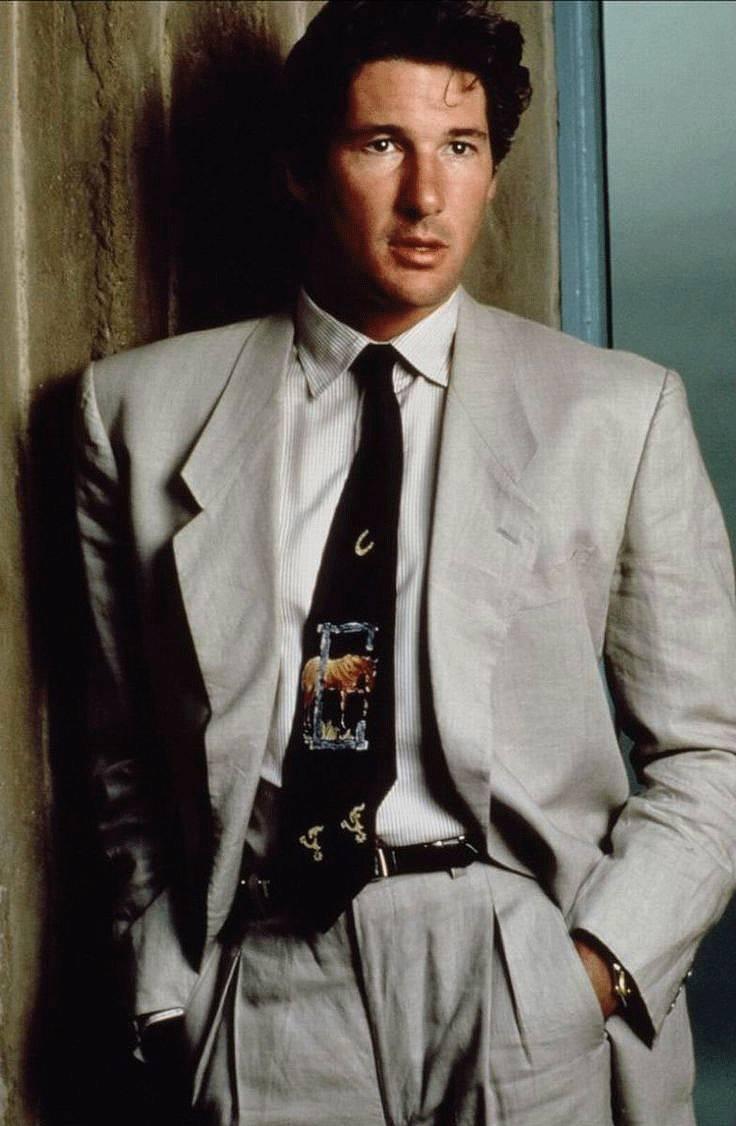 В 80-х годах мужчины носили широченные пиджаки и считались стильными, но современная мода предполагает посадку по фигуре