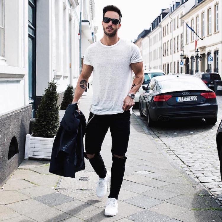 Белые кроссовки в комплекте с рваными джинсами помогут создать смелый и дерзкий образ