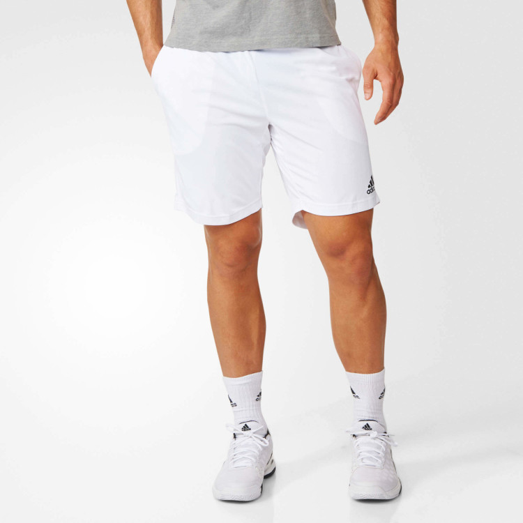 Для спортивного образа белые кроссовки – оправданный и универсальный выбор