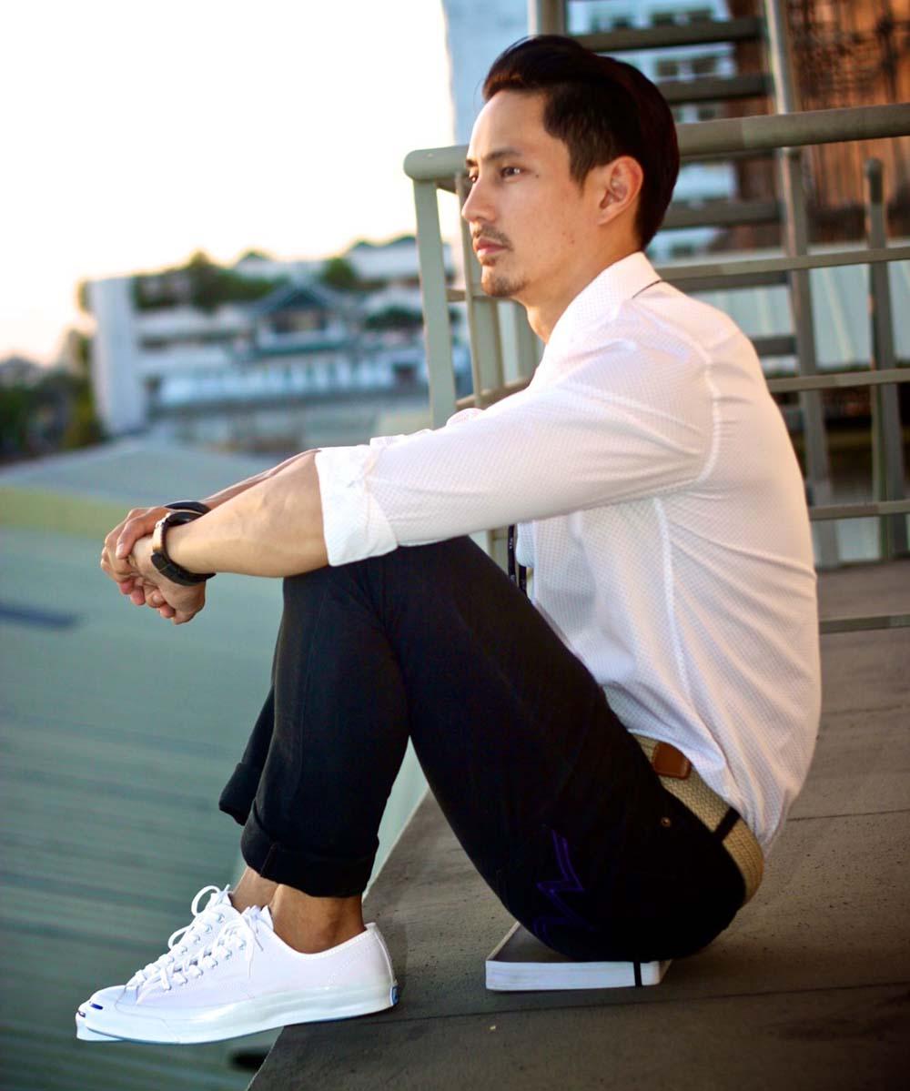 Прямые брюки с рубашкой можно укомплектовать былыми кроссовками