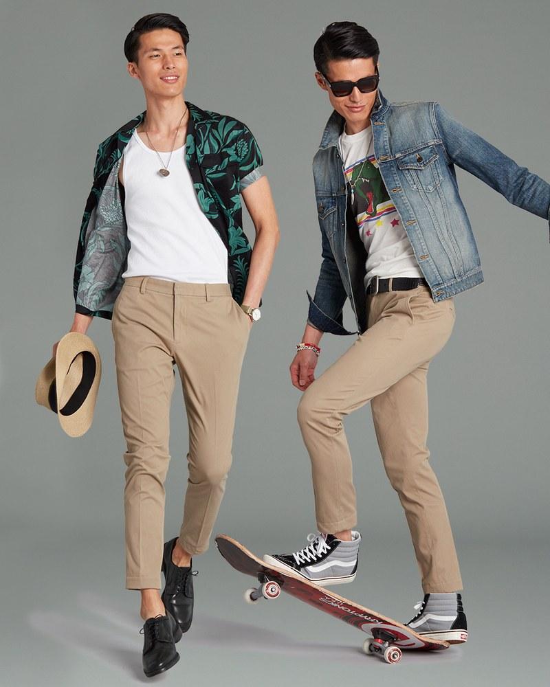 С бежевыми брюками можно составить немало комплектов в спортивном и молодежном стиле