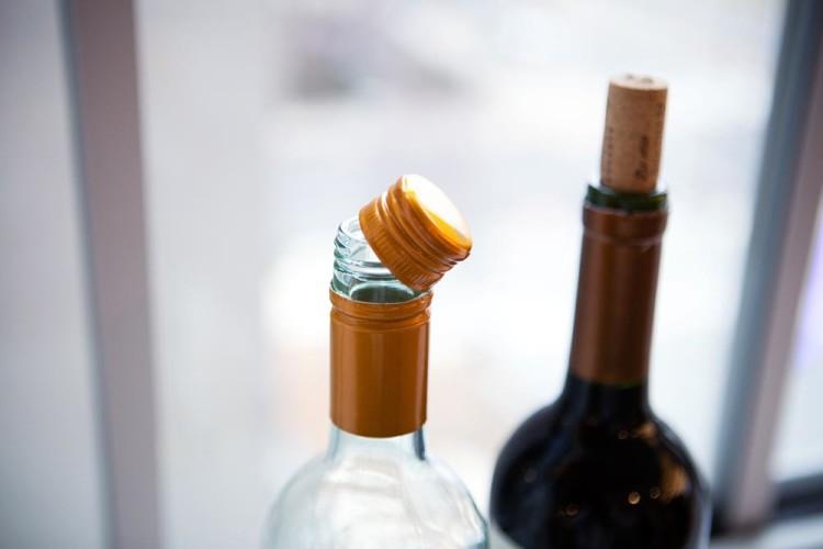 Вина с винтовой пробкой не предполагают выдержки, а вот натуральная пробка позволит вину «пожить» в бутылке