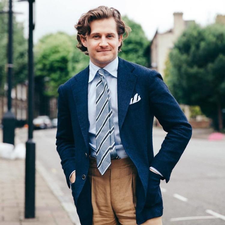 Чаще всего с бежевыми брюками носят пиджаки разных оттенков синего