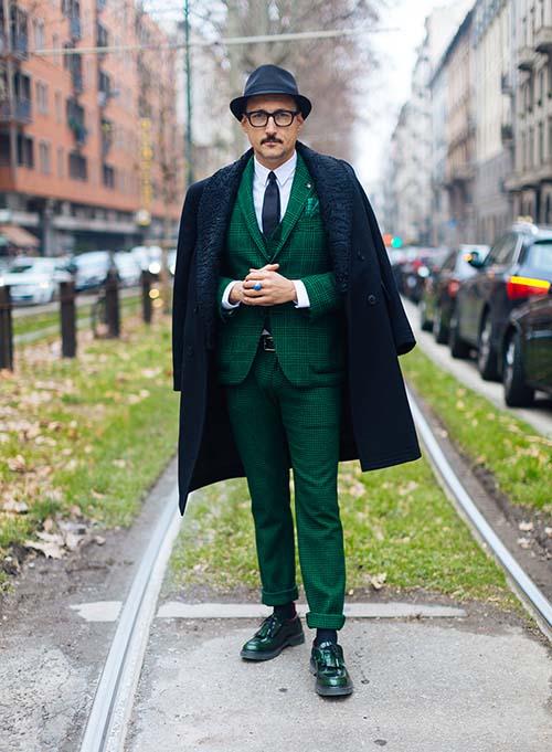 Тотально зеленый благородно подчеркнет возраст и опыт