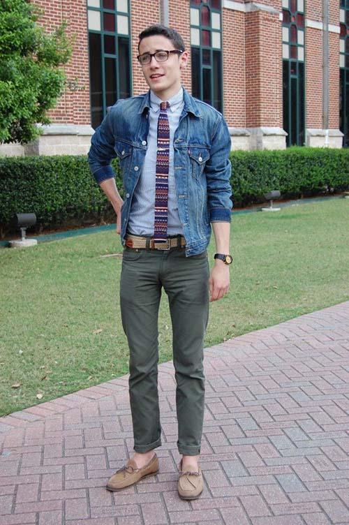 Зеленые джинсы приятно контрастируют с фиолетовым цветом