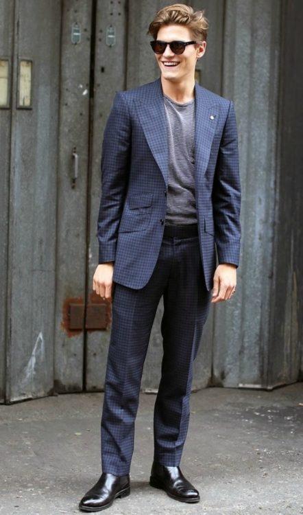 Темно-коричневые ботинки челси хорошо сочетаются с темно-синим костюмом