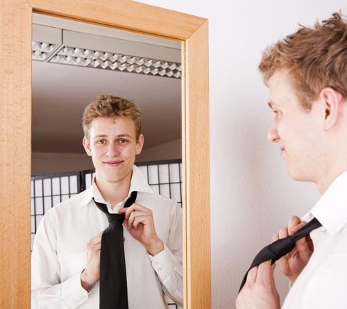 Завязываем галстук перед зеркалом