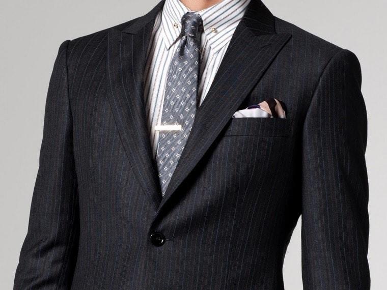 Костюм и рубашка в полоску в сочетании с галстуком в мелкий принт в виде ромбов