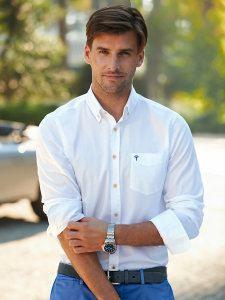 Мужчина в белой рубашке с воротником на пуговицах