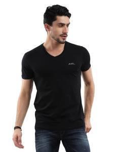 Мужчина в черной футболке