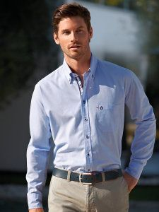 Мужчина в голубой рубашке с воротником на пуговицах
