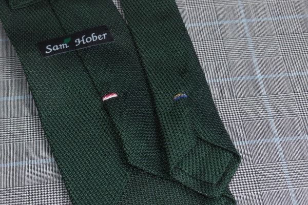 Фиксирующие стежки на галстуке