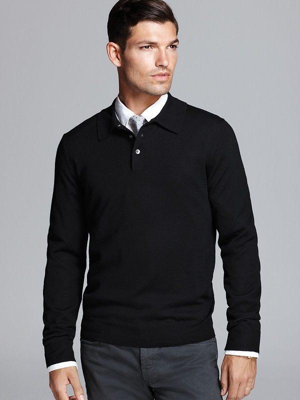 Темный свитер с небольшим разрезом